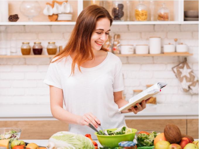 料理している女性の画像