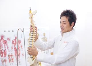 「骨盤のゆがみが全身のゆがみにつながる」と話す大貫隆博先生