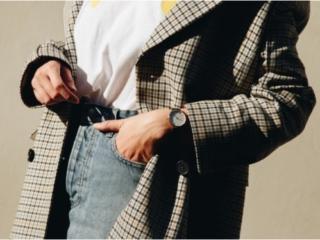 チェックのアウターを羽織った女性