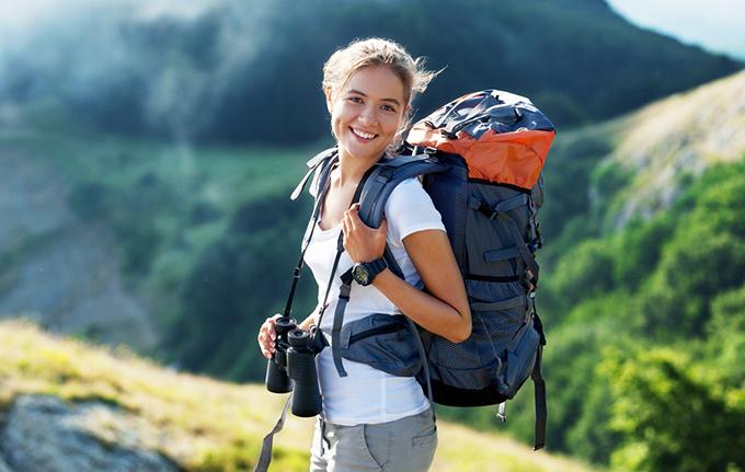 登山用のリュックを背負っている女性の画像