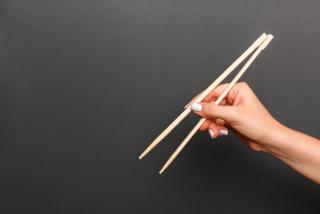 箸を持つ女性の手もとの画像