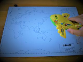 世界地図とおもちゃの飛行機の画像
