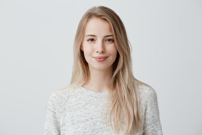 微笑んでいる女性の画像