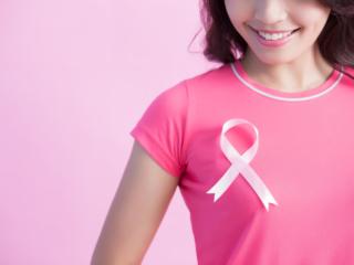 乳がん検診の啓発活動の印「ピンクリボン」をつけた人