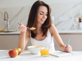 食事の内容をメモしている写真の画像