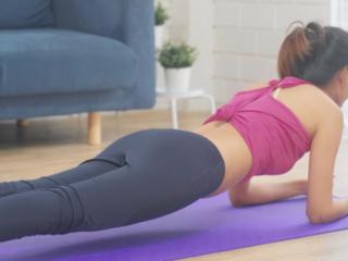 体幹トレーニングをしている女性の画像