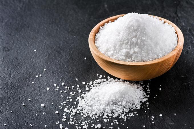 器に盛られた塩の画像