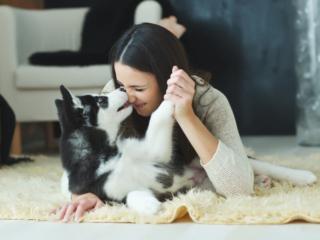 愛犬とたわむれる女性