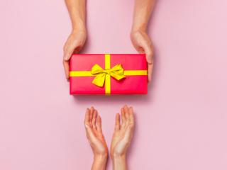 プレゼントを渡す手の画像