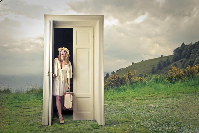 女性がドアから出てくる写真