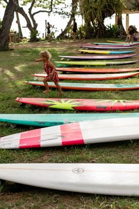 サーフボードで遊ぶ少女