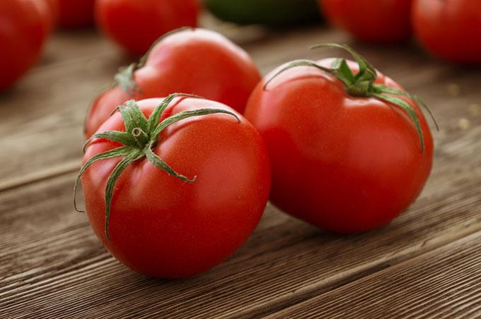 トマトを3つ並べた画像