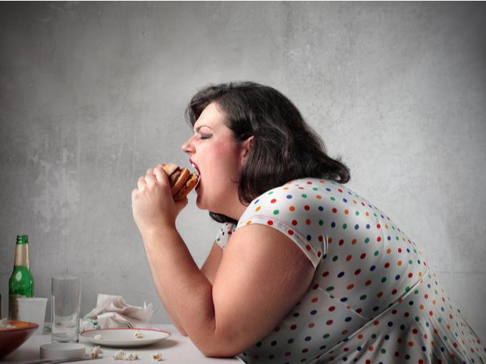 ハンバーガーをドカ食いする女性