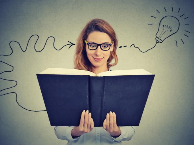 本を読んで新しいアイデアが浮かんだ女性