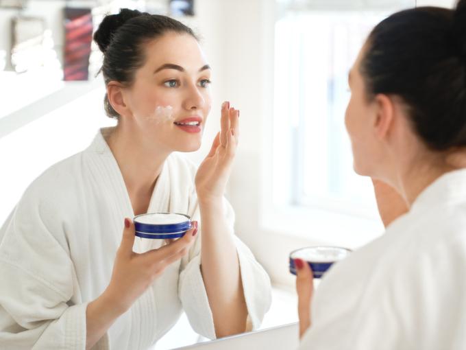 クリームを塗る女性