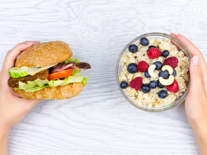高脂質で不健康なハンバーガーと、ブルーベリーやナッツなどの健康的によいとされる食品