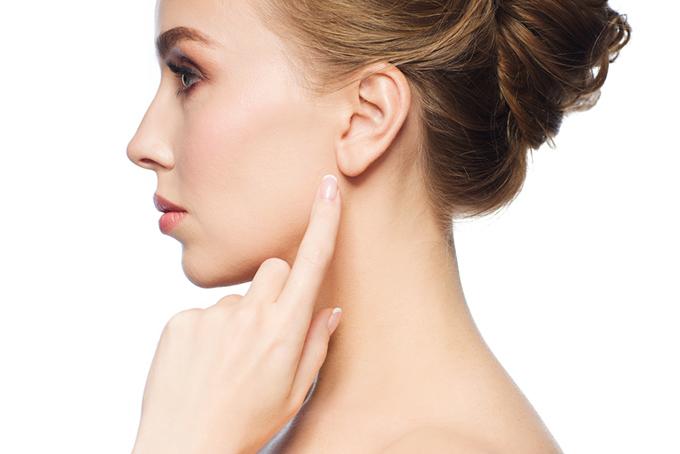 耳を人さし指で指しているモデルの横顔