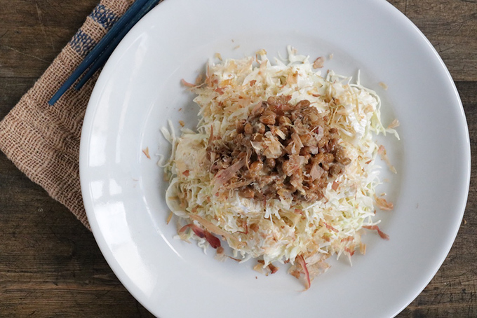 納豆と千切りキャベツのパリパリサラダ真上から撮影