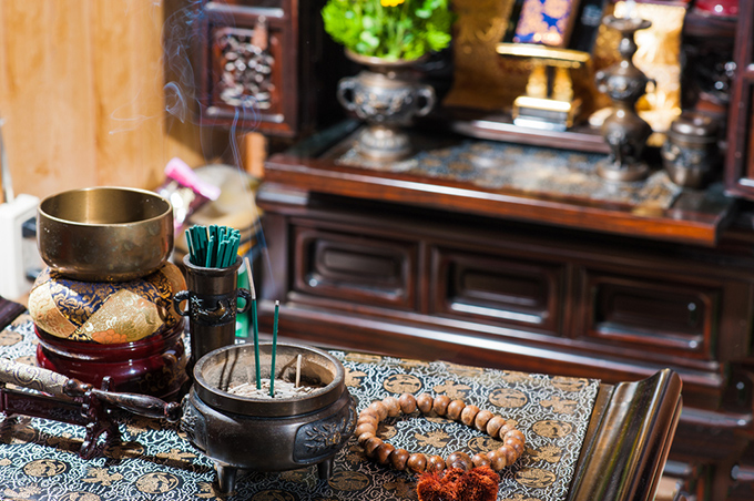 仏壇の前に置かれた線香の画像