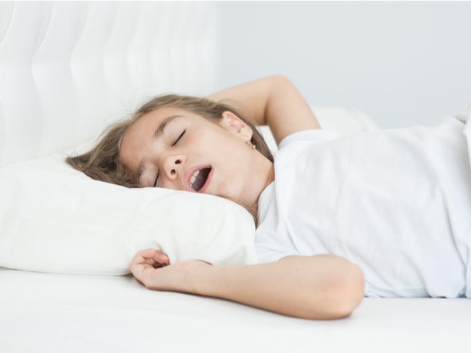 昼寝をする子ども