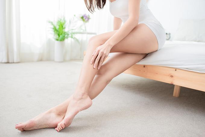 ショートパンツを履いた女性の脚