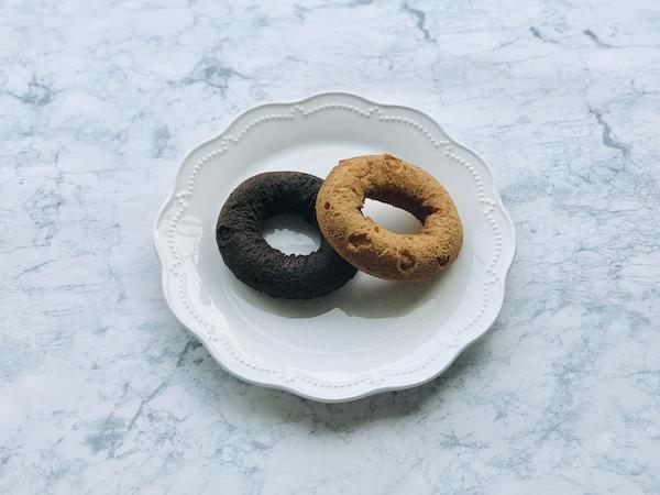 袋から出した紅茶ドーナツ(右)とチョコドーナツ(左)