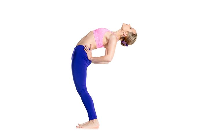 伸びをして体を反らせる女性の画像