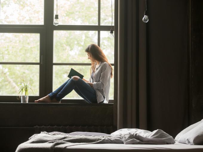 読者をして1日室内で過ごす女性