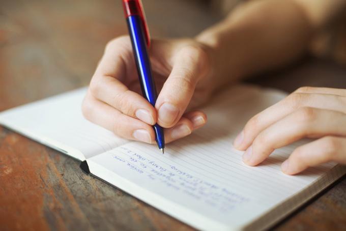 ノートに日記をつけている