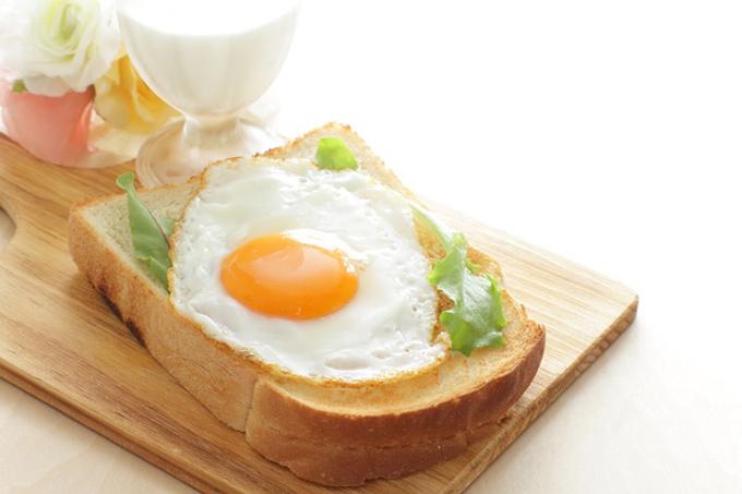 トーストの上に目玉焼きが乗った画像