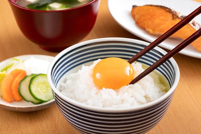 ご飯の上に生卵を乗せた卵かけご飯
