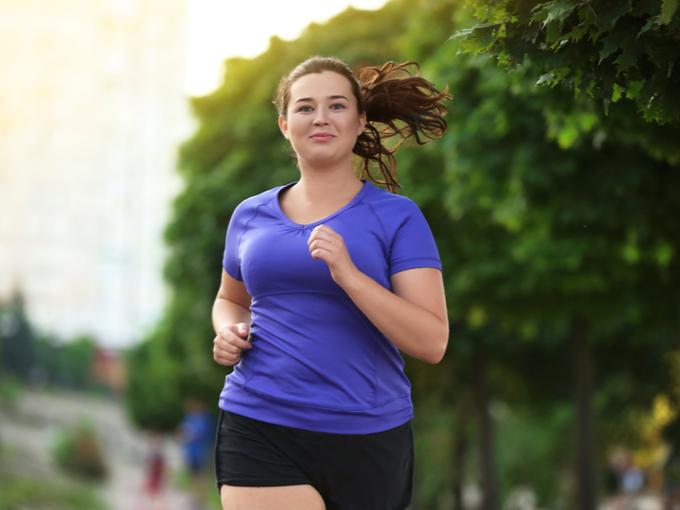 ランニングをしてダイエットに励む女性