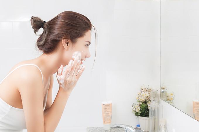 泡で洗顔をしている女性