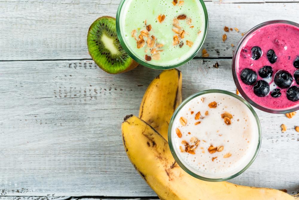 バナナ、キウイ、ベリー3種のスムージーのイメージ画像