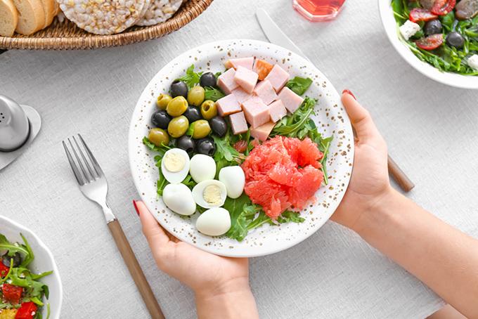 皿に盛られたサラダの画像