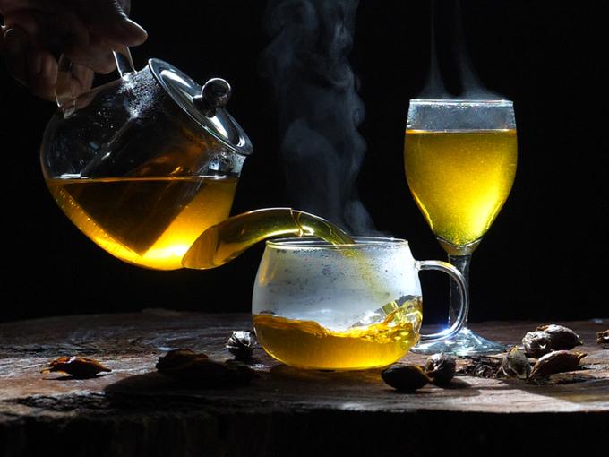 コップにお茶を注ぐ様子