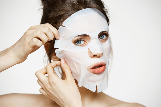 フェイスマスクをした女性の画像