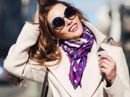 スカーフをまく女性