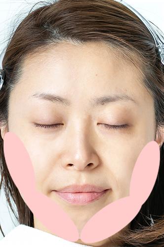 女性のアップにピンクの頬杖ゾーンが置いてある画像