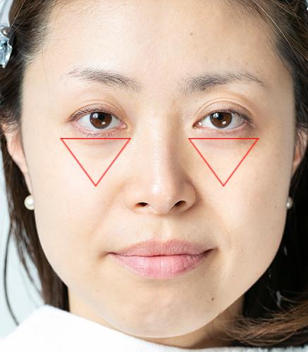 女性の頬に逆三角形が置いてある画像