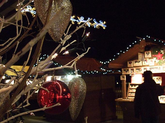 ツリー越しに眺めるクリスマスマーケット