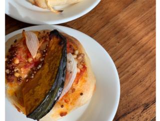モデルAYUMIさん考案「そばの実とエゴマのお惣菜パン」