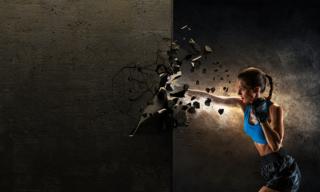 女性がパンチして壊している写真