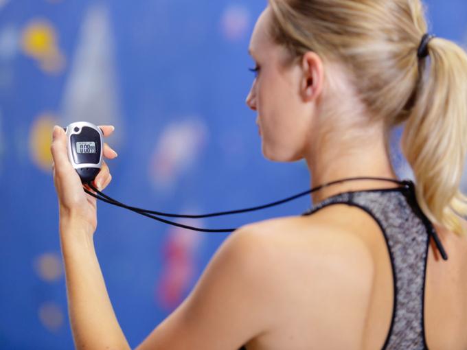 タイマーを操作している女性の画像