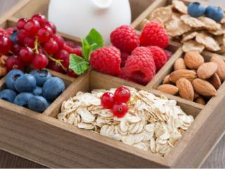 ナッツや果物など食物繊維豊富な食材