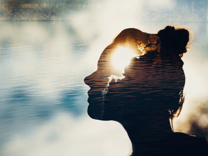 マインドフルネスとリラックス効果をイメージした女性のシルエット