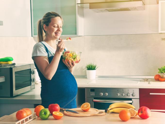 フルーツを食べる妊婦