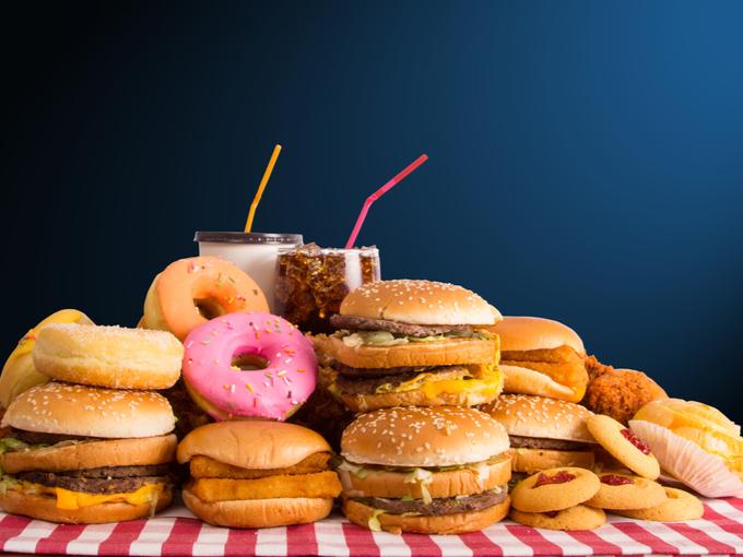 ハンバーガーやドーナツなどジャンクフードの山