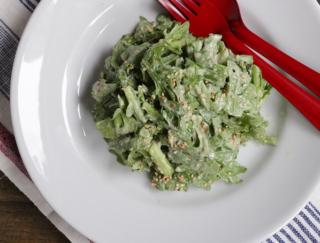 「みそ×ヨーグルト」で作る自家製ドレッシングで腸活!「春菊のすりごまみそサラダ」