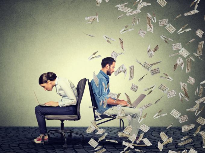 仕事をしても収入が少ない人と同じ仕事で大金を稼ぐ人